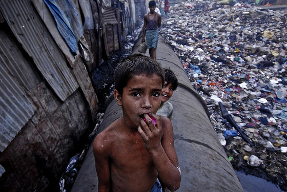 <em>A boy in the Dharavi slum</em>, Mumbai (2008). Photograph by Iecercle / Flickr