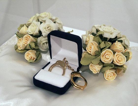 Catarina Campino, <i>Esposas de Matrimonio Wedding Cuffs</i> (2005)