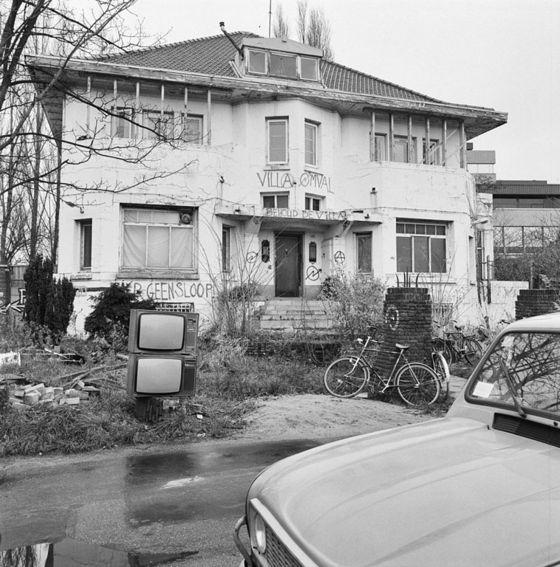 <i>Exterieur Voorgevel</i>, Amsterdam (1992). Photograph by Rijksdienst voor het Cultureel Erfgoed / Wikimedia Commons